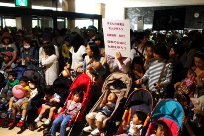 Kitakyushu mothers protesting at city hall (photo by @mama_jp)