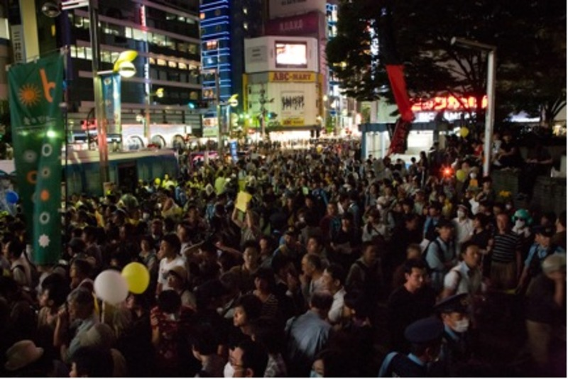 Figure 1: No Nukes Square, Alta-mae, Shinjuku, on June 6, 2011. Photograph by Masahiko Murata (kai-wai-jp). Retrieved on September 3, 2011, from http://kai-wai.jp/2011/06/611-2.html