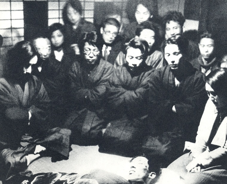 Mourners gathered from around Kobayashi Takiji's corpse, February 1933